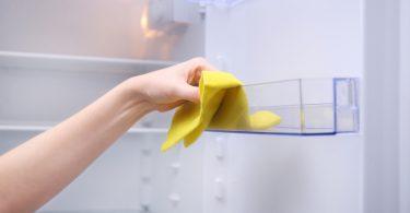Buzdolabında Rafları ve çekmeceleri temizleyin