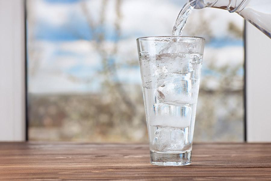 Soğuk Su. Boğaz Ağrısını Geçirmek İçin Ne Yapmalıyız