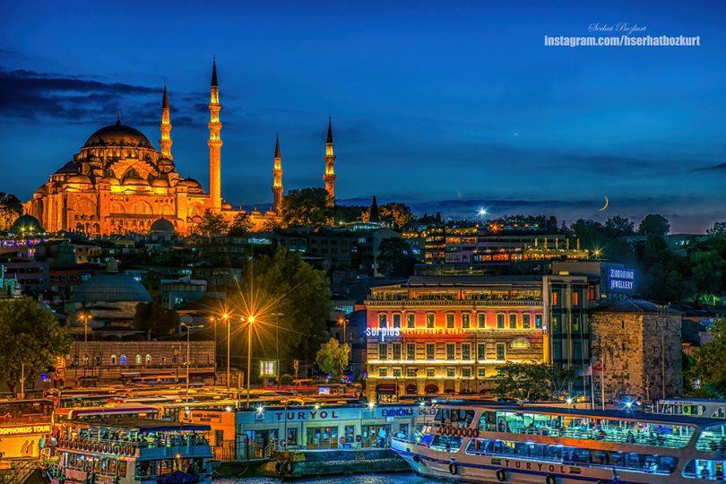 Süleymaniye Camii'nin mavi saatlerde, Galata Kulesi üzerinden çekilmiş bir fotoğrafı..
