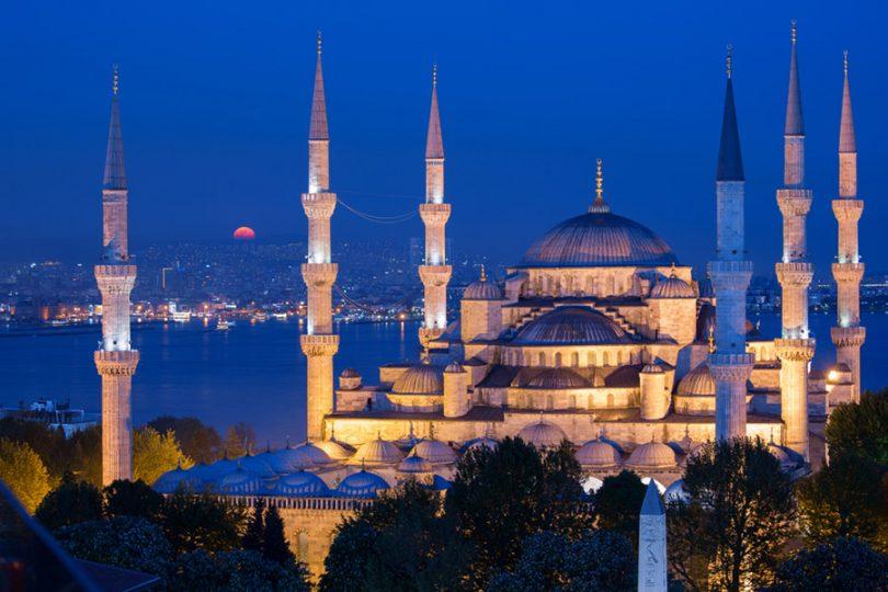 Sultanahmet Camii Nerede? Camii, aynı ismi taşıyan Sultanahmet Meydanı'nda bulunmaktadır. bölgeye en rahat tramvay ile ulaşabilirsiniz..