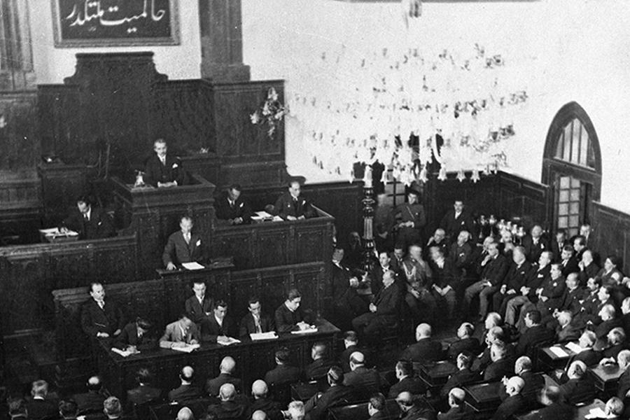 Türkiye Cumhuriyeti'nin İlk Anayasası. Özellikle Cumhuriyet 1923 yılında kurulduğu için ilk Anayasa pek çok akademisyen tarafından 1924 olarak kabul edilmektedir..
